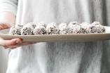 Kakao-Bällchen mit Mandeln und Rosinen