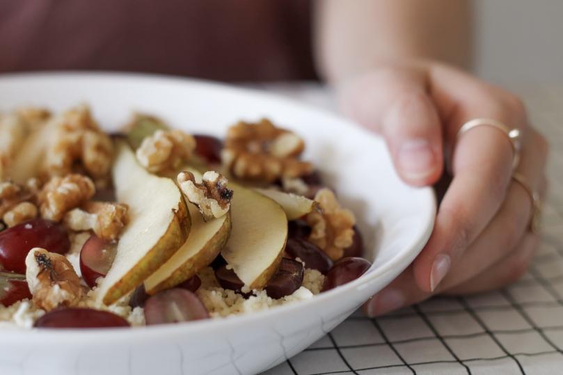 Couscoussalat mit Birne, Trauben und Feta